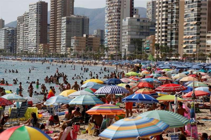 Miles de turistas disfrutan del sol y el agua en la playa de Levante de Benidorm en una foto de archivo. EFE/ MANUEL LORENZO