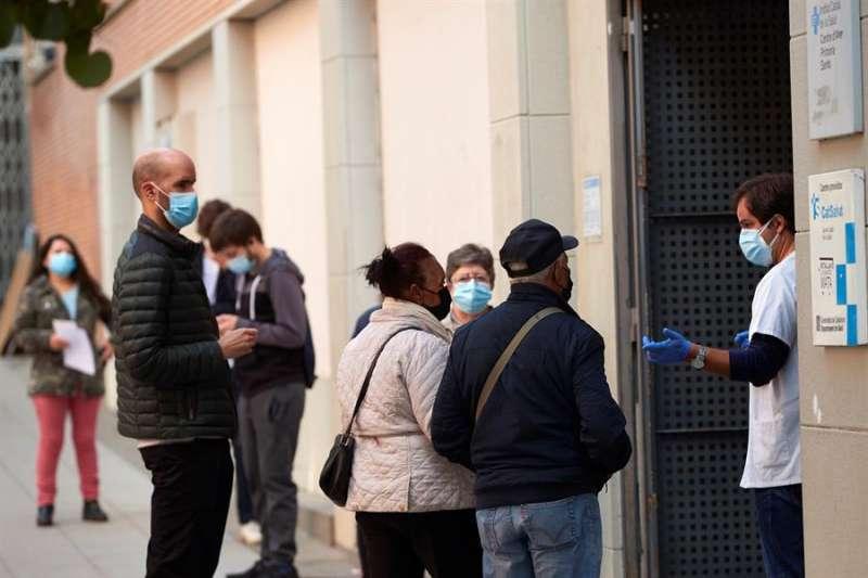 Personas haciendo cola en un centro de atención primaria. EFE/Archivo