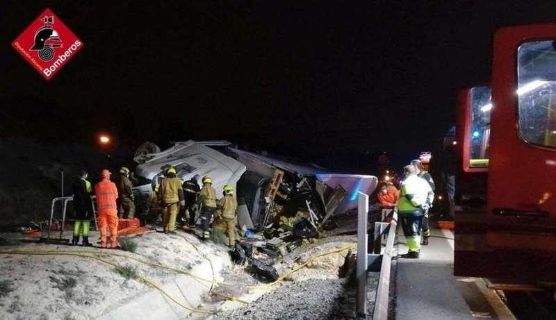 El camión accidentado, en una imagen difundida por el Consorcio de Bomberos de Alicante.