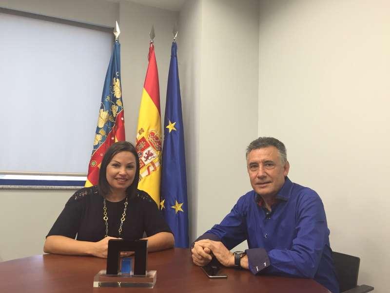 La presidente de Asecam con el presidente de la Mancomunitat de Les Valls. EPDA