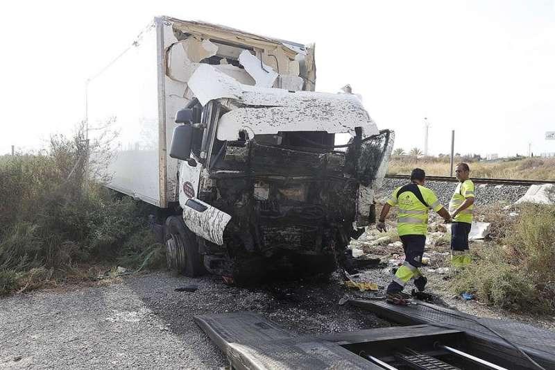 Imagen de un camión involucrado en un accidente de tráfico. EFE/Manuel Lorenzo/Archivo