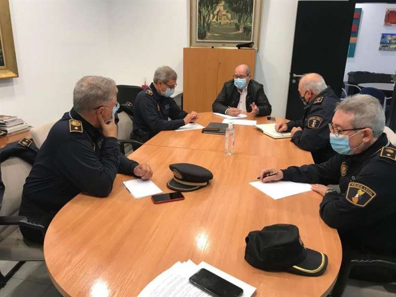 El concejal de Seguridad, José Ramón González, tras una reunión con los máximos responsables y comisarios de la Policía Local, en una imagen difundida por el Ayuntamiento de Alicante.