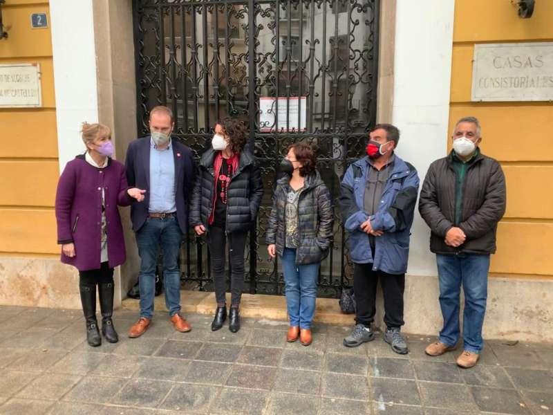Representantes del PSOE en las puertas del Ayuntamiento