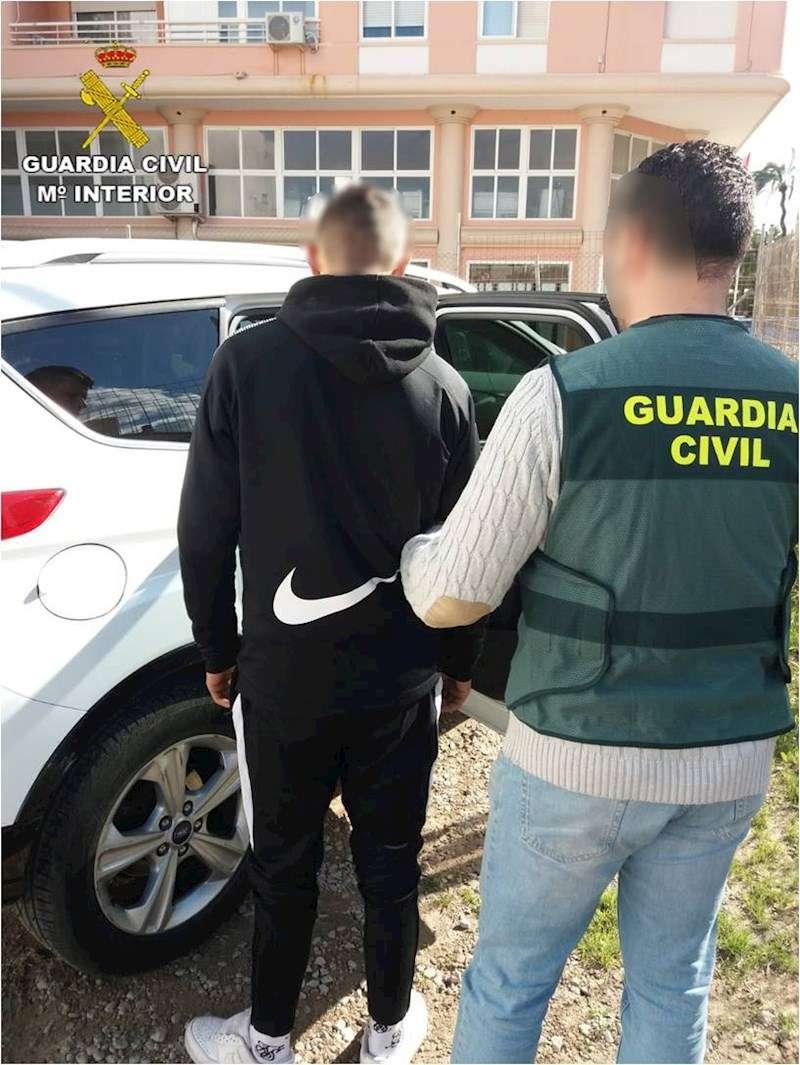 Fotografía facilitada por la Guardia Civil del joven detenido. EFE