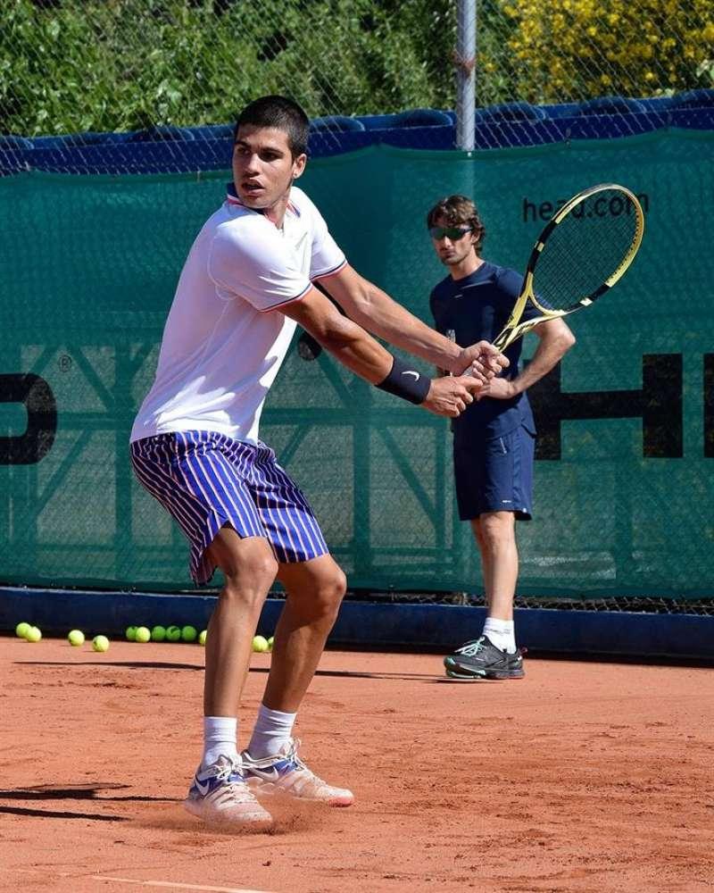 Carlos Alcaraz, en la imagen, junto a Juan Carlos Ferrero. EFE/Academia JC.Ferrero