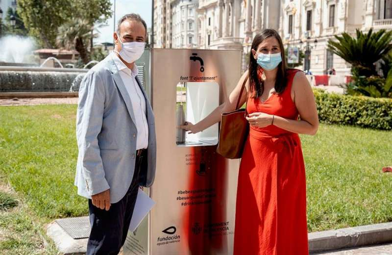 La concejala del Ciclo del Agua del Ayuntamiento de Valencia, Elisa Valía, acompañada por el CEO de Global Omnium, Dionisio Garcia Comín. EFE