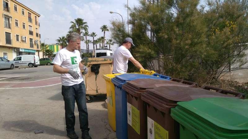 Vecinos haciendo uso de los contenedores. / EPDA