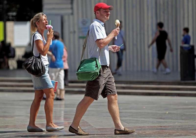 Unas personas comiendo helados en València. EFE/Manuel Bruque/Archivo