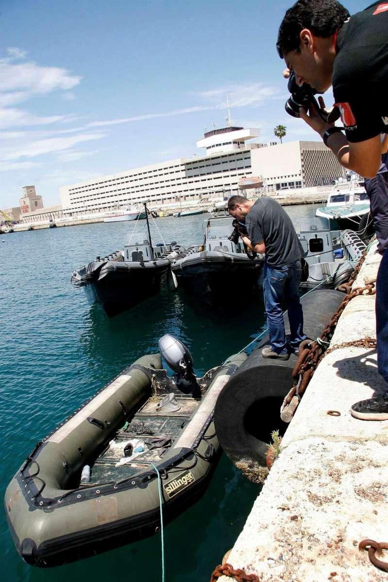 Dos fotógrafos capturan imágenes de una patera neumática interceptada. EFE/Archivo Manuel Lorenzo