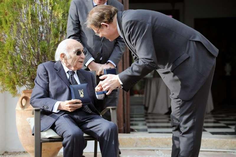 El president de la Generalitat, Ximo Puig, hace entrega de la Alta Distinción de la Generalitat al poeta Francisco Brines en diciembre de 2019. EFE/Archivo Ana Escobar