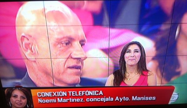 Paz Padilla habla con la concejala de Bienestar Social de Manises.
