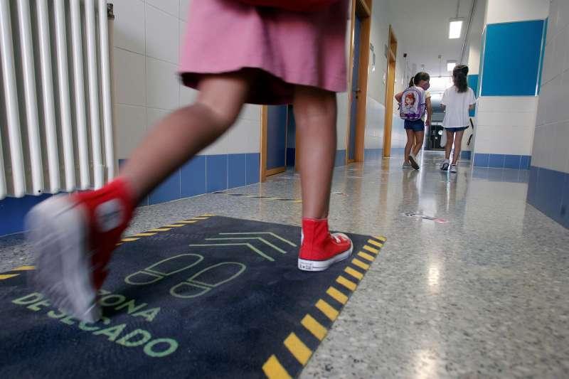 Una alumna entra a clase en el CEIP Benalúa de la ciudad de Alicante.