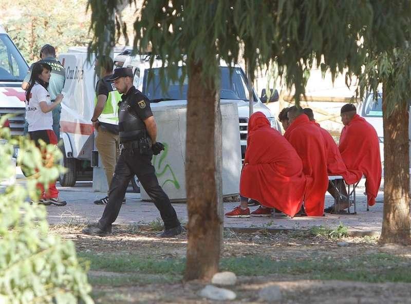Cruz Roja atiende a varios hombres en Villajoyosa (Alicante). EFE/Pep Morell/Archivo
