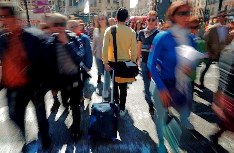 Imagen de archivo de un turista en plenas Fallas de Valencia. EFE