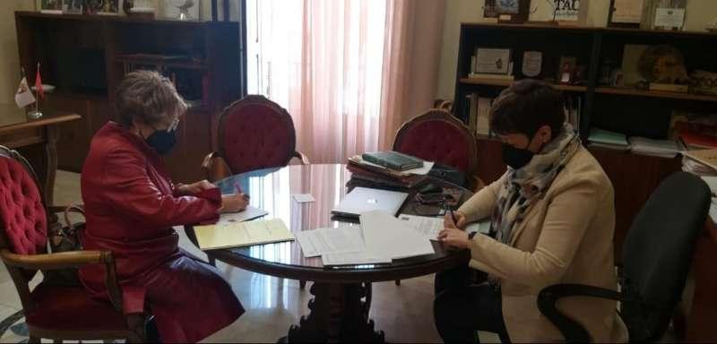 Firma de la alcaldesa con Teresa Cándido