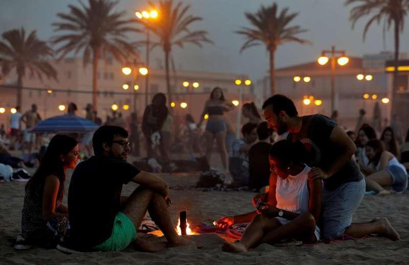 Una playa durante la noche de San Juan. / Archivo EPDA