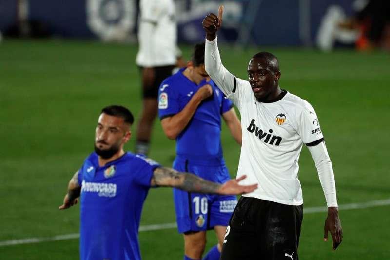 Imagen del defensa francés del Valencia Mouctar Diakhaby, que fue expulsado este sábado en el encuentro de su equipo ante el Getafe. EFE