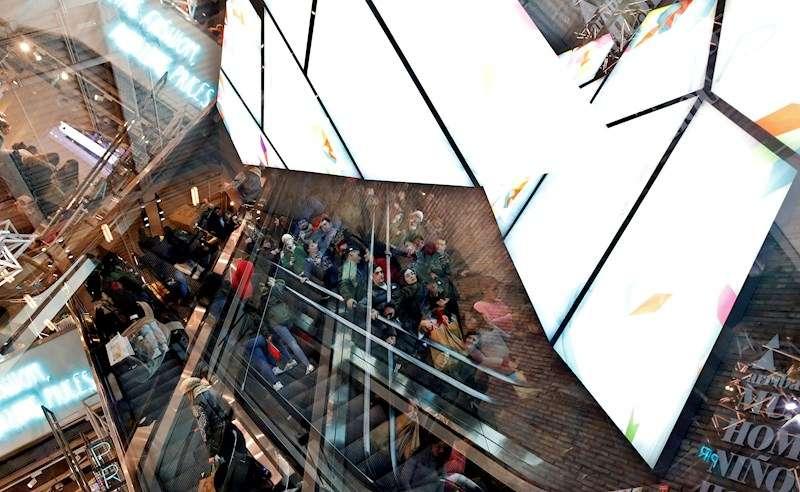 En la foto, grupos de personas en un centro comercial. EFE/Archivo