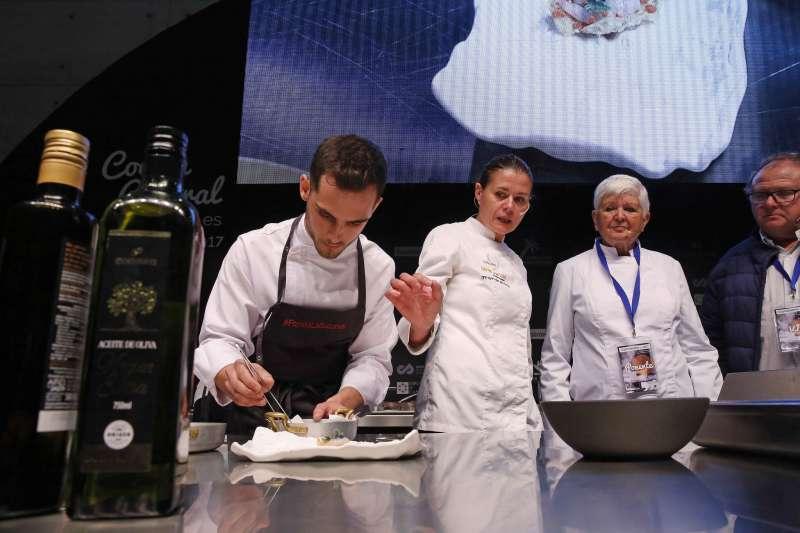 Los chefs creando en la cocina central de Gastrónoma
