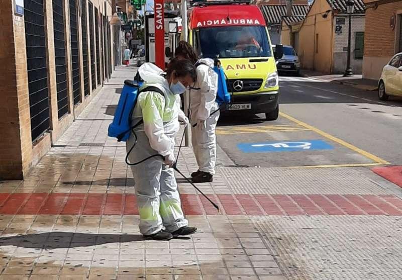 Dos personas realizan tareas de limpieza y desinfección en las calles de Torrent. Archivo/EPDA
