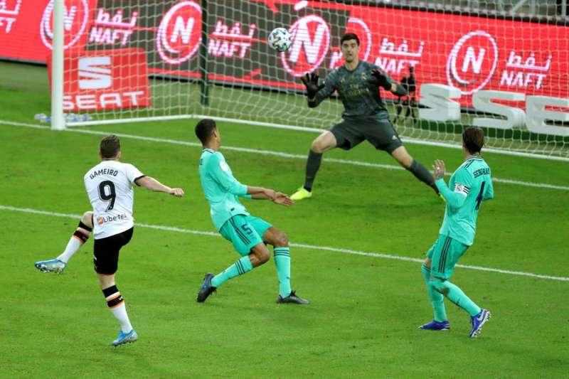 El portero del Real Madrid, el belga Thibaut Courtois, trata de parar el disparo de Kevin Gameiro, delantero francés del Valencia. EFE