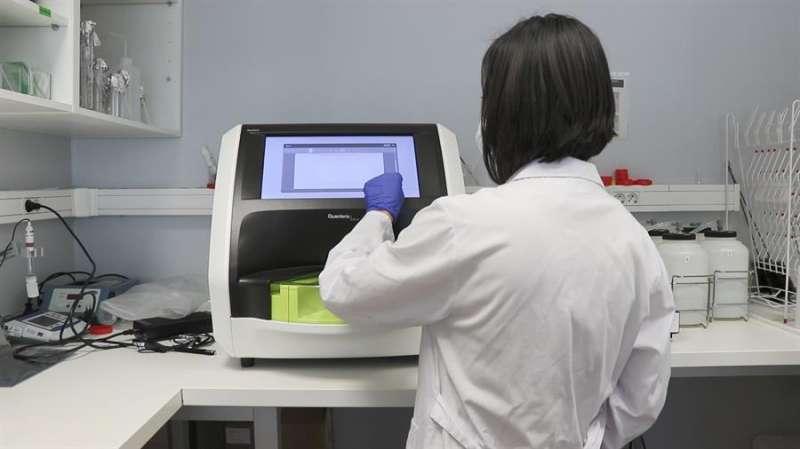 Una técnica trabaja en un laboratorio, en una imagen del Instituto de Investigación Sanitaria del Hospital La Fe difundida por la Generalitat.