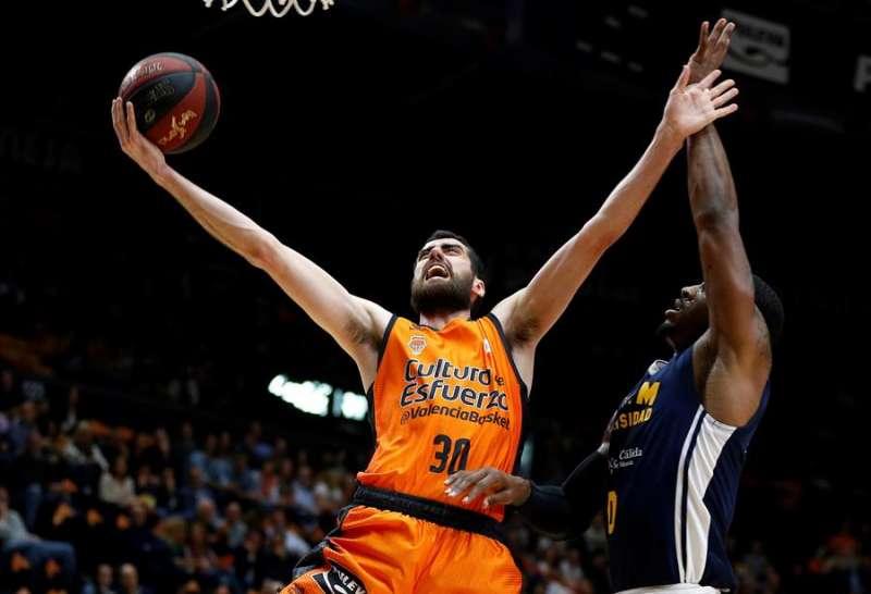 El escolta del Valencia Basket, Joan Sastre (i), durante un partido. EFE/Miguel Ángel Polo/Archivo