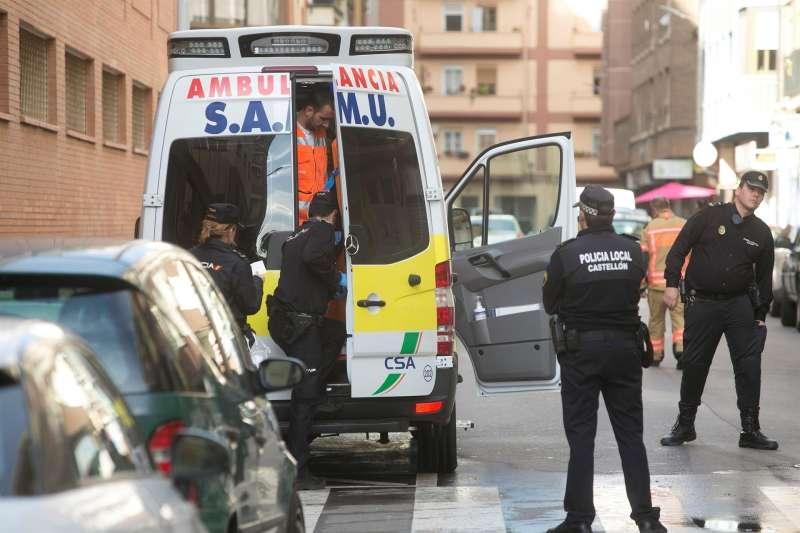 Agentes de la policía local y una unidad de SAMU en una imagen de archivo. EFE/ Domenech Castelló/Archivo