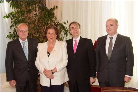 Vicepresidente de la UIA, Miguel Loinaz con el Decano del ICAV, Mariano Durán acompañados de la alcaldesa de Valencia. EPDA