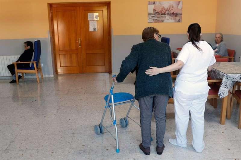 Usuarios de una residencia esperan la llegada de la segunda dosis de la vacuna contra la covid.EFE