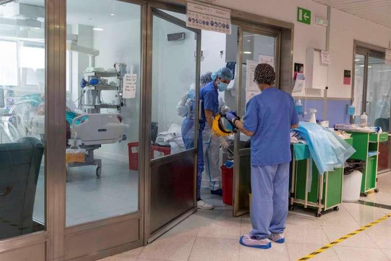Enfermeras atienden este martes a un paciente de COVID-19. EFE/ Marcial Guillén