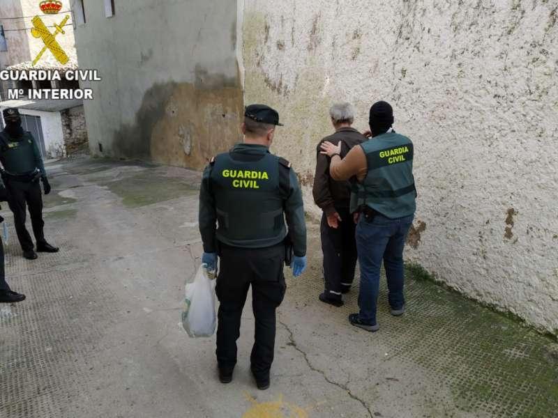 Momento de la detención del autor de las pintadas