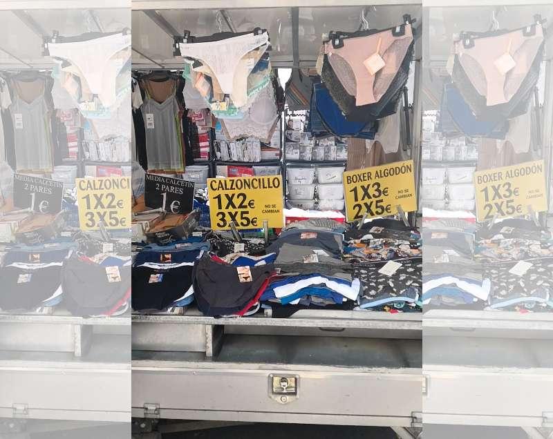 Puesto de ropa interior en el mercadillo de la plaza del Ayuntamiento