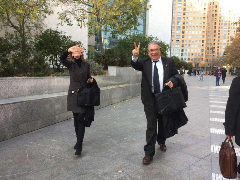 Sancho hace el gesto de la victoria cuando aún no sabía que lo iban a condenar a dos años de cárcel por sobornar a la ex alcaldesa. FOTO P. VALENCIANO