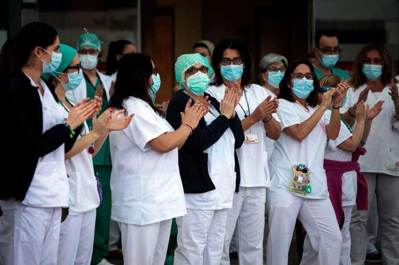 Sanitarios del hospital La Fe de Valencia durante el aplauso sanitario.