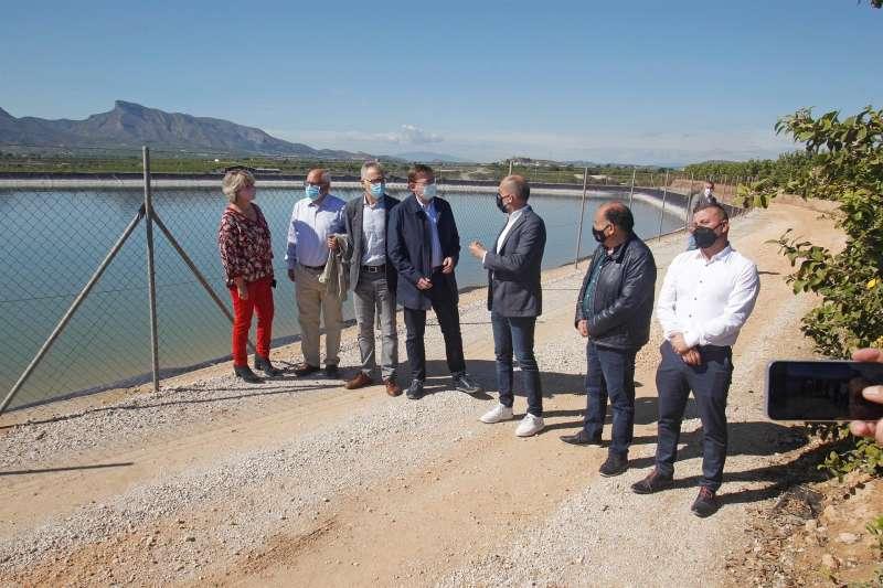 El president de la Generalitat, Ximo Puig, durante su visita a la balsa de riego de la Comunidad de Regantes del Cuarto Canal de Poniente del trasvase Tajo-Segura en Benferri, antes de reunirse con representantes de la Comunidad de Regantes de Riegos de Levante Margen Izquierda del Segura. EFE