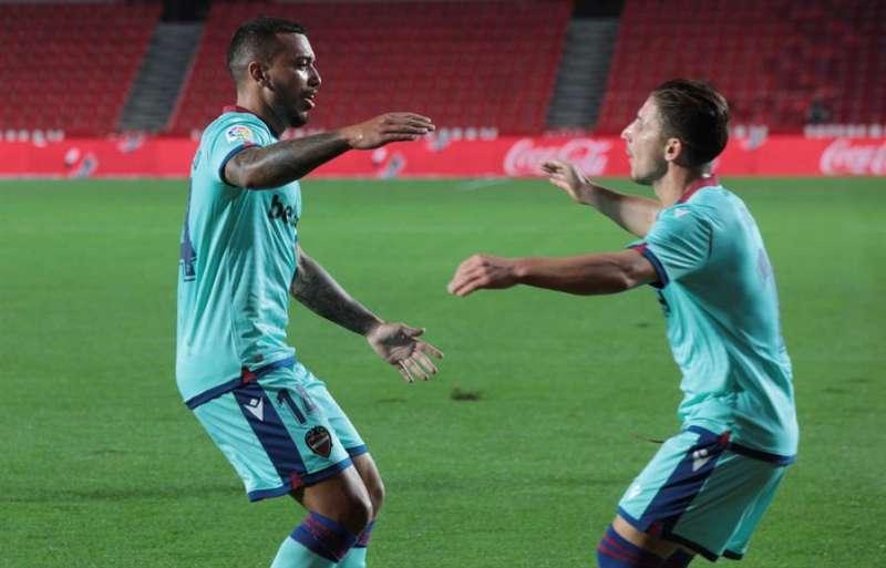 El defensa portugués del Levante Rubén Miguel Nunes Vezo (i) celebra con su compañero un gol. EFE