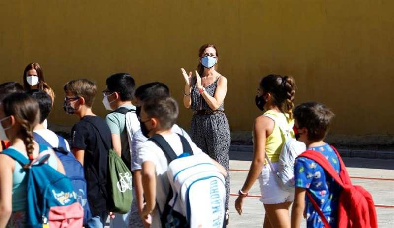 Profesores a la entrada de los alumnos a un colegio, en una imagen de este jueves. EFE/Salas