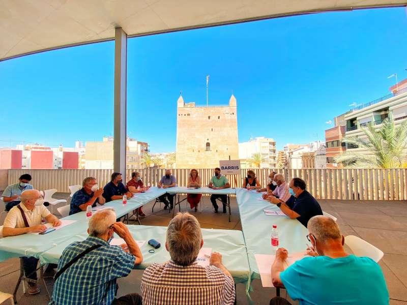 Un momento de la reunión frente a la Torre de Torrent. EPDA