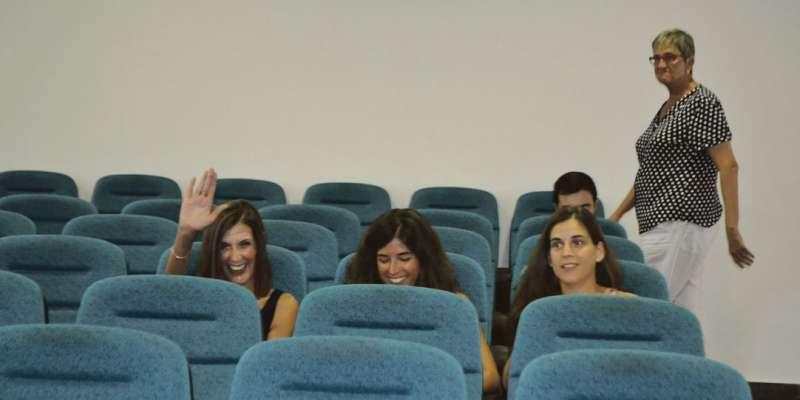 La mujer y dos hijas de Sancho, mientras Reyes Sala entra en el salón de plenos en una conferencia del imputado. FOTO EPDA