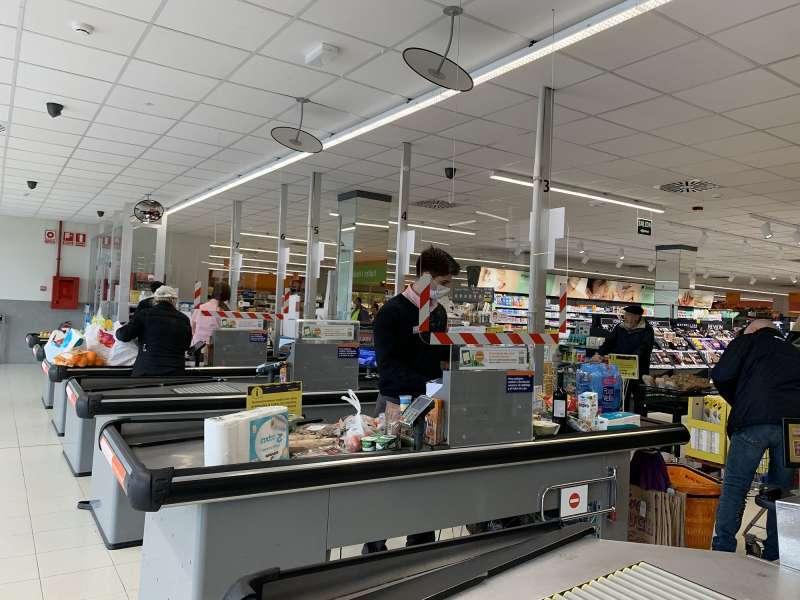 Líneas de caja de un supermercado de Consum. EPDA