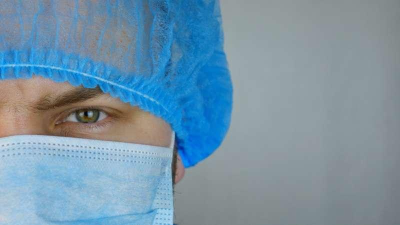 Un doctor con el EPI/ EPDA