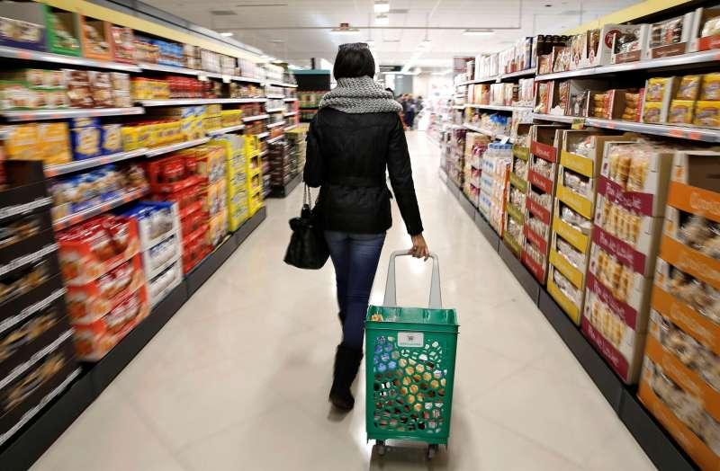 Imagen de archivo del interior de un supermercado. EFE/Manuel Bruque/Archivo
