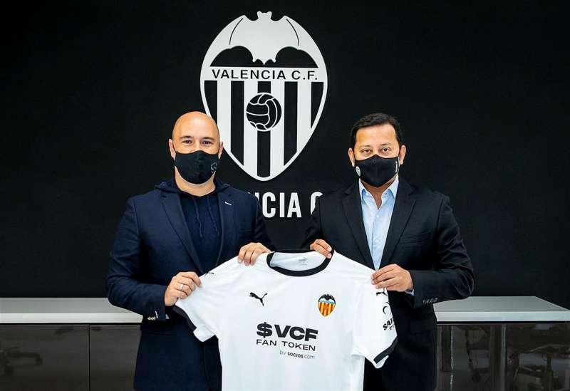 El presidente del Valencia CF Anil Murthy, y Alexandre Dreyfus, CEO de Chiliz y Socios.com, durante la presentación de su propio