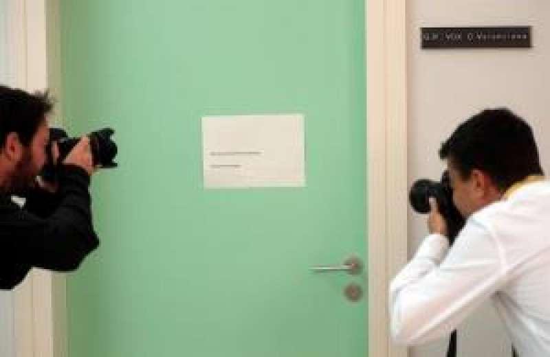 Dos fotógrafos toman una imagen de la puerta del Grupo Parlamentario de VOX en Les Corts Valencianes. EFE
