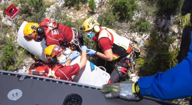 Momento del rescate, en una imagen facilitada por el Consorcio de Bomberos de la Provincia de Alicante.