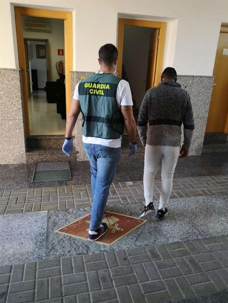 Imagen cedida por la Guardia Civil de uno de los detenidos. EFE