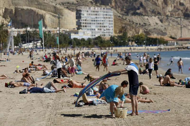 Imagen de archivo de la playa del Postiguet en Alicante. EFE