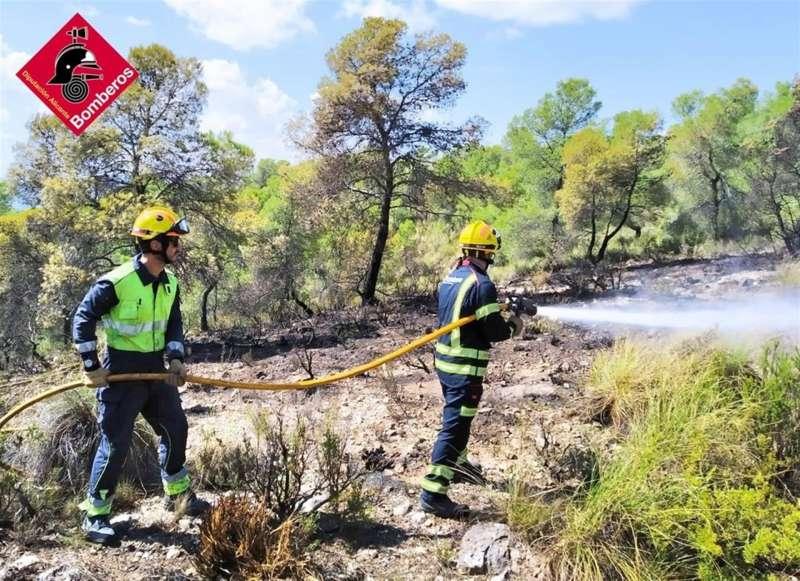 Foto cedida por el Consorcio Provincial de Bomberos de Alicante con la actuación de forestales en el extinción del incendio de Biar