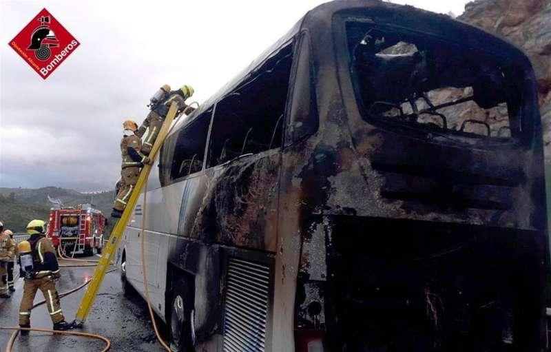 El autobús incendiado, en una imagen compartida por el Consorcio de Bomberos de Alicante.